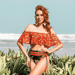 BIQUÍNI TOP OMBRO A OMBRO ANIMAL PRINT E CALCINHA HOT PANTS TROPICAL